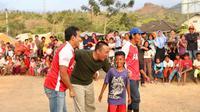 Menpora Imam Nahrawi bersama kunjungi ke lokasi pengungsian yang terletak di GOR Kabupaten Lombok Utara (KLU), Desa Gondang, Kecamatan Gangga, Nusa Tenggara Barat (NTB) Rabu (19/9). (foto: kundimang/kemenpora.go.id)