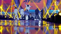 """Boy Band asal Korea Ateez menghibur penonton pada Konser """"Smartfren Wow"""" di Istora Senayan, Jakarta, Jumat (20/9/2019). Penampilan perdana Ateez di Indonesia sukses menghipnotis penonton dengan membawakan lagu-lagu andalan mereka. (Liputan6.com/Herman Zakharia)"""