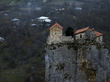 Sebuah gereja tampak berada di atas bukit. Penduduk setempat menyebutnya Pilar Katskhi yaitu monolit batu kapur yang menjulang setinggi 40 meter, terletak di Desa Katskhi, Georgia, Jumat (27/11/2015). (Reuters/ David Mdzinarishvili)