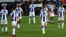 Para pemain Espanyol tampak lesu usai ditaklukkan Barcelona pada laga La Liga di Stadion Camp Nou, Rabu (8/7/2020). Espanyol dipastikan degradasi karena baru meraih 24 poin dan berada di dasar klasemen La Liga. (AP/Joan Monfort)