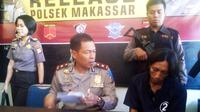 Tersangka pembunuh anak kandung menjalani pemeriksaan di Polsek Makassar, Sulawesi Selatan. (Liputan6.com/Eka Hakim)