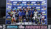 Rafid Topan (tengah) saat berada di podium pada Yamaha Endurance Festival (Liputan6.com/Helmi Fithriansyah)