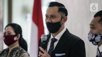 Ketua Umum Partai Demokrat Agus Harimurti Yudhoyono (tengah) menyampaikan sambutan saat mengunjungi Ketua DPR Puan Maharani di Gedung DPR RI, Jakarta, Kamis (6/8/2020). Pertemuan tersebut membahas krisis COVID-19 sektor ekonomi dan kesehatan hingga koalisi Pilkada 2020. (Liputan6.com/Johan Tallo)