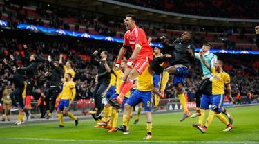 Pemain Juventus merayakan kemenanganya usai bertanding melawan Tottenham Hotspur dalam pertandingan Liga Champions leg kedua di Stadion Wembley, London (7/3). Juventus menang 2-1 atas Tottenham Hotspur. (AP Photo / Frank Augstein)