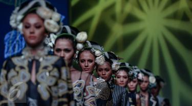 "Sejumlah model mengenakan busana rancangan Denny Wirawan saat tampil di  IPMI Trend Show 2017, Jakarta, Jumat (11/11). Bertajuk ""Wanderlust, Dancing in the Sun"" Denny Wirawan menampilkan  24 busana. (Liputan6.com/Faizal Fanani)"