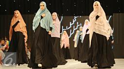 Para model membawakan busana muslim rancangan Si.Se.Sa: Syar'i for Urban, Jakarta, Rabu (10/2). Peragaan menampilkan 61 koleksi dalam tujuh rangkaian babak produk terbaru Si.Se.Sa dengan rentang warna pastel yang lebar. (Liputan6.com/Immanuel Antonius)