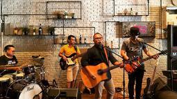 Dalam konser tunggalnya nanti, Badai menggandeng beberapa penyanyi seperti Donnie Sibarani eks Ada band, Melly Mono, Mikha Tambayong, Maria Calista, Rayen Pono, Rando Sembiring dan Female Stars.(Liputan6.com/IG/@_.badaithepianoman)