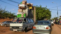 Sebuah mobil van membawa muatan di jalan Niamey, Niger (10/7/2019). Republik Niger adalah sebuah negara yang terkurung oleh daratan di bagian barat Afrika. Niger berbatasan dengan Nigeria dan Benin di sebelah selatan. (AFP Photo/Issouf Sanogo)