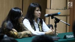 Pengacara mantan gubernur DKI Jakarta Basuki Tjahaja Purnama atau Ahok, Fifi Lety Indra (kanan) dan Josefina Agatha Syukur (kiri) saat menghadiri sidang perceraian Ahok-Veronica Tan di PN Jakarta Utara, Jakarta, Rabu (4/4). (Liputan6.com/Arya Manggala)