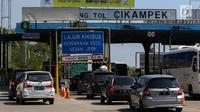 Sejumlah kendaraan roda empat melewati Gerbang Tol Cikampek, Jawa Barat, Kamis (29/6). Pada H+4 Lebaran terlihat volume arus balik pemudik tak mengalami peningkatan hingga siang ini. (Liputan6.com/Faizal Fanani)