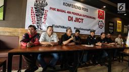 Ketum SP JICT Hazris Malsyah (ketiga kiri) memberikan pernyataan di Jakarta, Selasa (26/12). Dalam keterangannya mereka menolak PHK Massal pekerja Outsourcing di JICT dan meminta penghapusan Outsourcing di wilayah pelabuhan. (Liputan6.com/Faizal Fanani)