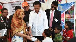 Iriana Jokowi memberikan hadiah kepada anak-anak pengungsian Rahkhine State di Kamp Jamtoli, Sub Distrik Ukhiya, Distrik Cox's Bazar, Bangladesh, Minggu (28/1). (Liputan6.com/Pool/Rusman Biro Pers Setpres)