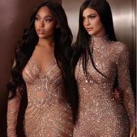 Mereka pun kompak mengenakan gaun bernuansa glitter dalam peluncuran make-up hasil kolaborasi mereka. (dok. Instagram @kyliejenner/https://www.instagram.com/p/BnuEpZ8BwWi/Esther Novita Inochi)