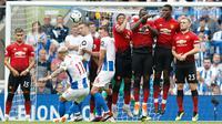 Pemain Brighton & Hove Albion, Anthony Knockaert melakukan tendangan bebas saat bertanding melawan Manchester United pada lanjutan Liga Inggris di stadion Amex, Brighton, (19/8). Brighton berhasil mengalahkan MU 3-2. (AP Photo/Alastair Grant)