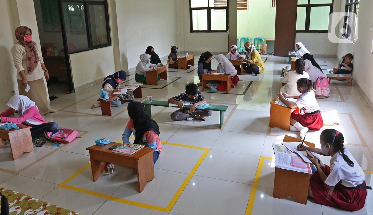 Sejumlah siswa belajar di Aula Kelurahan Jatirahayu, Bekasi, Jawa Barat, Rabu (29/7/2020). Pemerintah Kota Bekasi melalui Kelurahan Jatirahayu menyediakan fasilitas wifi gratis bagi siswa yang terkendala kuota internet dalam kegiatan belajar secara daring. (Liputan6.com/Herman Zakharia)