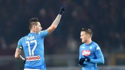 Gelandang Napoli, Marek Hamsik, melakukan selebrasi usai mencetak gol ke gawang Torino pada laga Serie A di Stadion Olimpico Grande Torino, Sabtu (16/12/2017). Napoli menang 3-1 atas Torino. (AP/Alessandro Di Marco)