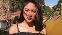 Marion Jola pakai off-shoulder top. (dok. Instagram @lalamarionmj/https://www.instagram.com/p/BkNQsxbg3bz/?utm_source=ig_web_copy_link/Asnida Riani)