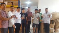 Badan Pengawasan Obat dan Makanan (BPOM) Provinsi Kepri bersama Anggota Komisi 1 DPRD Kota Batam menggerebek tempat penyimpanan produk kosmetik ilegal senilai Rp2 miliar. (Liputan6.com/ Ajang Nurdin)