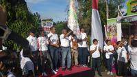 Gubernur Papua Barat Dominggus Mandacan menghadiri cara Millenial Road Safety Festival digelar di Lapangan Borarsi, Manokwari, Papua Barat pada Sabtu (2/2/2019).  (Liputan6.com/Nafiysul Qodar)