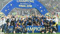 Timnas Prancis merayakan gelar juara Piala Dunia 2018 setelah mengalahkan Kroasia pada  laga final di Luzhniki Stadium, Minggu (15/7). Prancis berhasil menjadi juara setelah membekuk Kroasia dengan skor akhir 4-2. (AP Photo/ Martin Meissner)