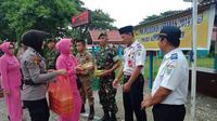 Emak-emak Bhayangkari berbagi takjil berbuka kepada para petugas yang melaksanakan operasi ketupat 2019 di Kepulauan Selayar (Liputan6.com/ Eka Hakim)