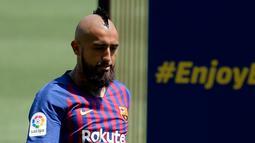 Pemain baru Barcelona, Arturo Vidal mengontrol bola selama presentasi dirinya di stadion Camp Nou, Spanyol, (6/8). Vidal resmi diboyong Barcelona dengan kontrak selama tiga tahun. (AFP Photo/Josep Lago)