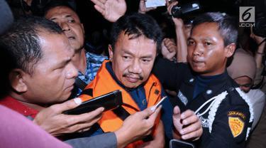 Pakai Rompi Oranye, KPK Resmi Tahan Bupati Jombang