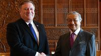 Menteri Luar Negeri AS, Mike Pompeo bertemu dengan PM Malaysia,  Mahathir Mohamad di Putrajaya, Kuala Lumpur, Jumat (3/8). Pompeo menjadi pejabat senior pertama AS yang mengunjungi Mahathir usai terpilih sebagai Perdana Menteri. (AFP/MANAN VATSYAYANA)