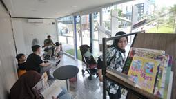 Suasana Ruang Baca Jakarta di kawasan Dukuh Atas, Minggu (8/12/2019). Penumpang MRT dapat meminjam buku dari Ruang Baca Jakarta untuk dibaca selama perjalanan dan dikembalikan di stasiun tujuan. (merdeka.com/Iqbal Nugroho)