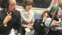 Ibu Muslim duduk berdampingan dengan pasangan Yahudi (Foto:Facebook)