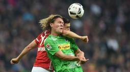 Striker Bayern Munchen, Robert Lewandowski, berduel dengan pemain Borussia Monchengladbach, Jannik Vestergaard, dalam laga pekan ke-8 Bundesliga 2016-2017, Sabtu (23/10/2016). (AFP/Christof Stache)