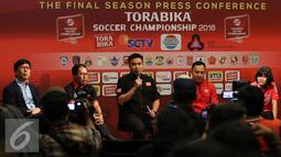Pihak sponsor memberikan keterangan kepada wartawan saat press conference Torabika Soccer Championship di Main Hall SCTV, Jakarta, Rabu (21/12). Torabika Soccer Championship bergulir sejak April 2016 dengan 306 laga. (Liputan6.com/Gempur M. Surya)