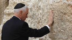 Wakil Presiden AS Mike Pence berdoa saat mengunjungi Tembok Barat Yerusalem (23/1). Sebelumnya  pada bulan Mei 2017, Presiden AS Donald Trump telah mengunjungi Tembok Barat Yerusalem. (AFP Photo/Thomas Coex)