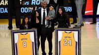 Kobe Bryant dengan seragam nomor punggung 8 dan 24 yang dikenakannya selama berkarier bersama LA Lakers. (AFP/Harry How)