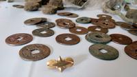 Temuan sebuah perhiasan emas dan uang koin kuno Tiongkok peninggalan desa kuno Majapahit (Liputan6.com/Zainul Arifin)