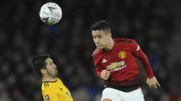Gelandang Manchester United, Ander Herrera, duel udara dengan pemain Wolverhampton Wanderers, Joao Moutinho, pada laga Piala FA 2019 di Stadion Molineux, Sabtu (16/3). Wolverhampton menang 2-1 atas Manchester United. (AP/Rui Vieira)