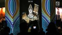 Penampakan hologram dalam rangka Monas Week 2019 terpampang di Auditorium Monumen Nasional (Monas), Jakarta, Senin (22/7/2019). Hologram tersebut menampilkan wajah Jakarta dari masa ke masa. (Liputan6.com/JohanTallo)