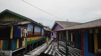 Kampung warna-warni di Balikpapan itu menawarkan petualangan plus-plus yang tidak tersedia di Jodipan, Malang. (Liputan6.com/Abelda Gunawan)