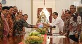 Presiden Joko Widodo (Jokowi) menerima Ikhtisar hasil Pemeriksaan Semester (IHSP) I Tahun 2019 dan Laporan Hasil Pemeriksaan (LHP) Periode Semester I Tahun 2019 dari Ketua Badan Pemeriksa Keuangan Moermahadi Soerja Djanegara di Istana Merdeka, Jakarta, Kamis (19/9/2019). (Liputan6.com/Angga Yuniar)