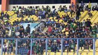 Pendukung Persebaya, Bonek, di Stadion Si Jalak Harupat, Soreang, Kabupaten Bandung. (Bola.com/Aditya Wany)