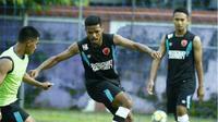 Bek PSM Makassar, Hasyim Kipuw, bakal kembali jadi andalan saat menghadapi Mitra Kukar dalam laga lanjutan Liga 1 2018. (Bola.com/Abdi Satria)
