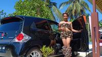 Mimi Peri (30) berpose di depan mobil baru miliknya.(Liputan6.com/Ahmad Akbar Fua)