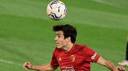Meski tidak mendapatkan banyak bola, Osasuna sempat mengancam gawang Madrid melalui tembakan Sanchez, namun peluang ini berhasil diamankan oleh Courtois. (Foto: AFP/Javier Soriano)