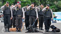 Polisi memberi penghormatan saat apel kesiagaan pasukan Operasi Lilin 2015 di halaman Mapolda Metro Jaya, Jakarta, Rabu (23/12). Apel gelar pasukan pengamanan Natal & tahun baru ini dipimpin oleh Kapolri Jenderal Badrodin Haiti.(Liputan6.com/Yoppy Renato)