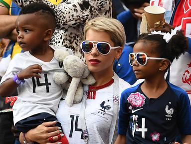 Istri Blaise Matuidi, Isabelle bersama kedua anaknya. (AFP/Franck Fife)