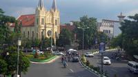 Gereja Katholik di Kayutangan, salah satu gereja tertua di Kota Malang. Di sampingnya dulu gedung Concordia Societit kini berubah jadi pusat berbelanjaan. (Liputan6.com/Zainul Arifin)