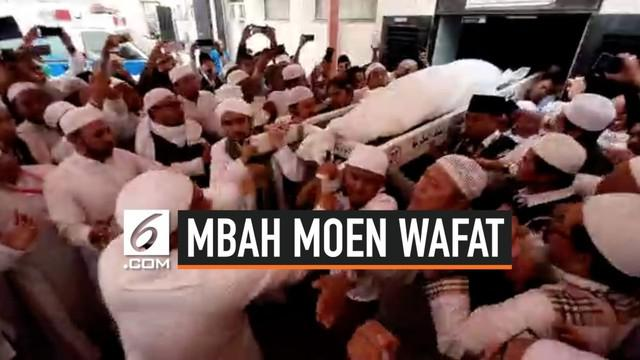 Jenazah Kiai Maimun Zubair dibawa dari RS An Noer untuk disemayamkan di kantor daker Makkah. Saat dimasukan ke mobil ambulans, terdengar teriakan dari kerumunan.