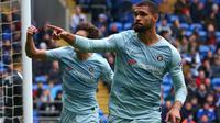 Gelandang Chelsea, Ruben Loftus-Cheek, merayakan gol yang dicetaknya ke gawang Cardiff pada laga Liga Inggris di Stadion Cardiff City, Wales, Sabtu (31//3). Cardiff kalah 1-2 dari Chelsea. (AFP/Geoff Caddick)