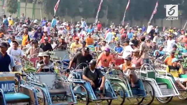 Pemerintah Kabupaten Jombang membagikan paket beras dan uang kepada ribuan tukang becak.
