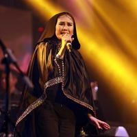 Nicky Astria mengaku nyaman dengan tampilan berhijabnya saat ini tanpa melunturkan suara khasnya sebagai penyanyi rocker. (Deki Prayoga/Bintang.com)